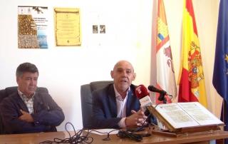 El alcalde de Béjar (izquierda) junto con el director del museo.
