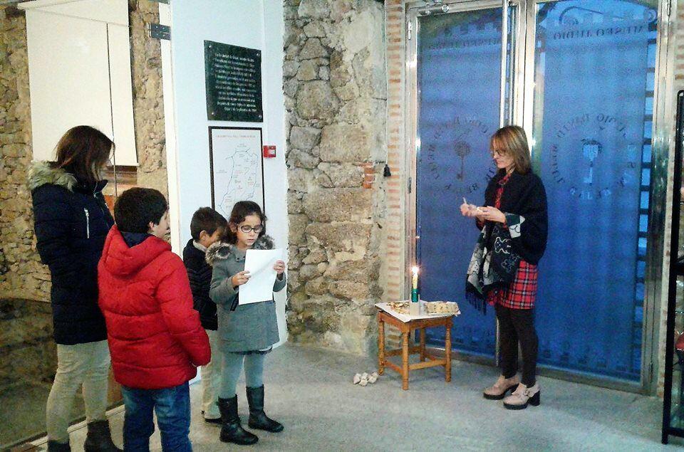 Carmen Rubio, del Museo, encendiendo las velas